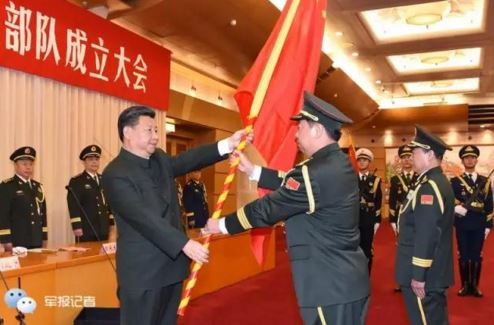 Li Zuocheng receives an army flag from Xi Jinping
